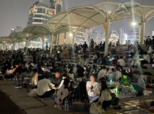자정이 넘어 불이 꺼진 부산 수영구 민락수변공원 모습.