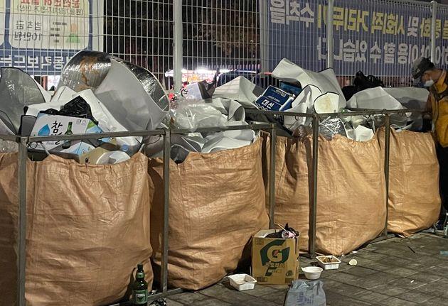 부산 수영구 민락수변공원 내부에 입장객들이 버리고 간 쓰레기가 넘쳐나는 모습.
