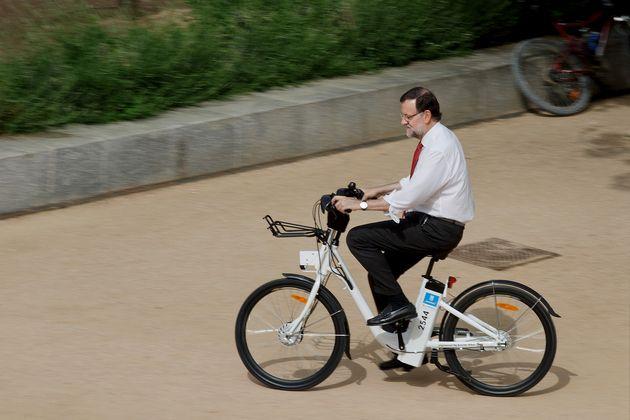Mariano Rajoy montando en