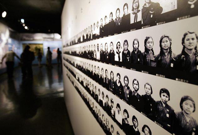 ひめゆり平和記念館に展示されたひめゆり学徒隊の写真(撮影は2005年)