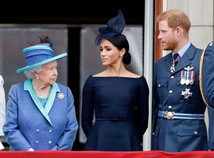 Meghan y Harry con la reina Isabel II en el aniversario de la RAF en julio de 2018.