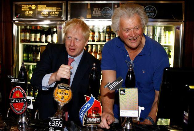 Boris Johnson y Tim Martin en un pub Wetherspoons en