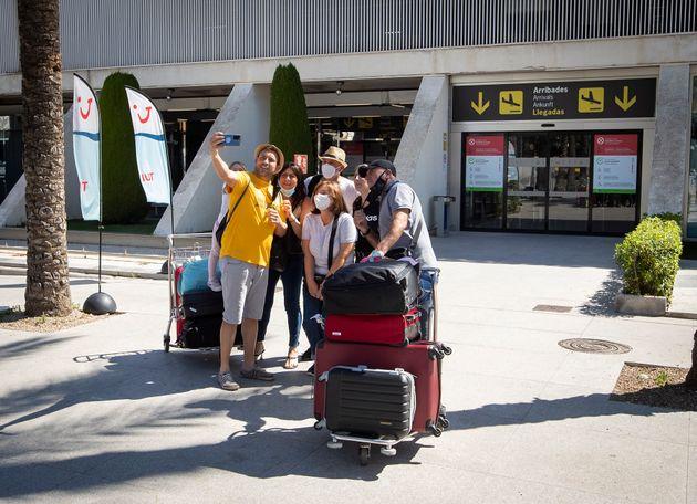 Un grupo de turistas, frente al aeropuerto de Palma de Mallorca el 7 de junio de