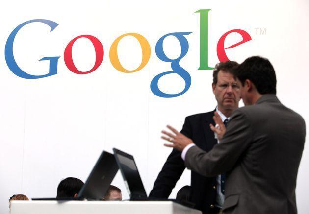 Dos empleados de Google charlando durante un acto en Frankfurt,