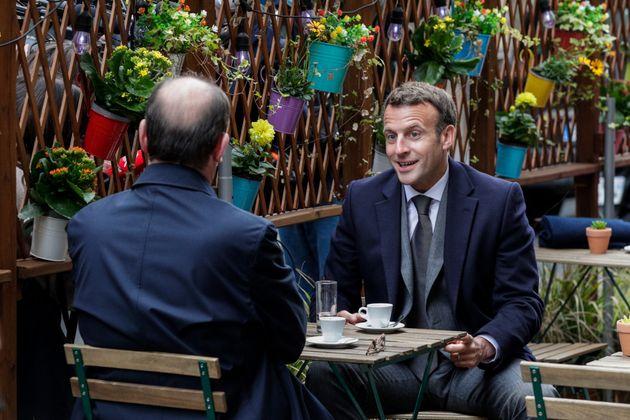 Jean Castex et Emmanuel Macron à la terrasse d'une café à Paris, le 19 mai