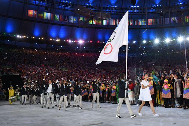 2016年の五輪リオデジャネイロ大会の開会式で、五輪旗に続いて入場する難民選手団