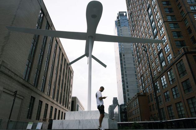 Ενα «απειλητικό» γιγαντιαίο γλυπτό drone στην καρδιά της Νέας