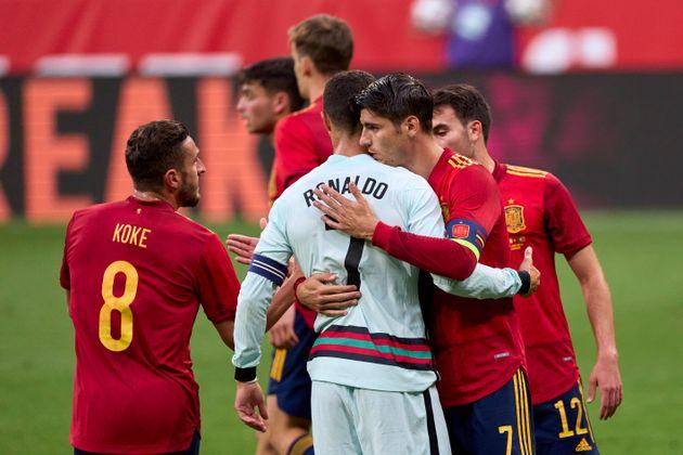 Morata saludando a Cristiano Ronaldo en el amistoso disputado por España y Portugal, previo a la