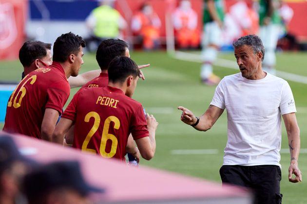 Luis Enrique dando instrucciones a varios jugadores de la