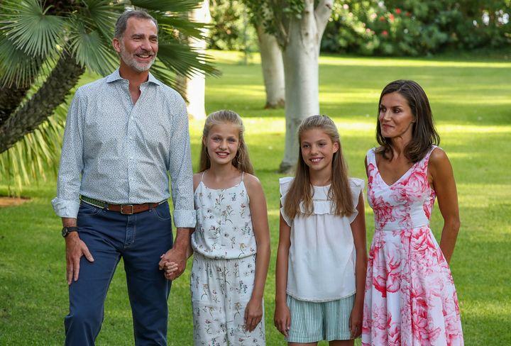 Los reyes posan en Marivent con sus hijas en agosto de 2019.