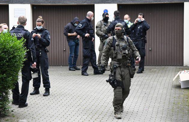07 June 2021, North Rhine-Westphalia, Essen: Police stand in front of an office building in Essen, Germany,...