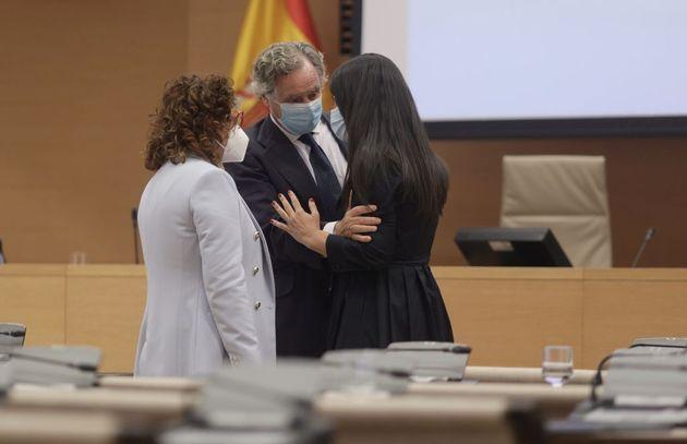 El empresario Ignacio López del Hierro, marido de María Dolores de Cospedal, con la diputada del PP Carmen...