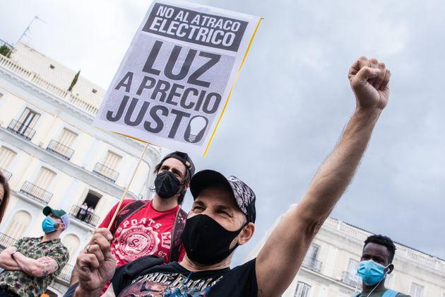 Un manifestante protesta por la subida del precio de la luz en