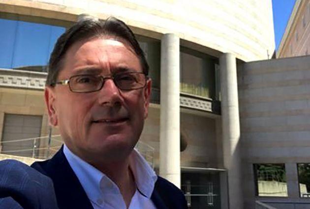 El senador socialista Antonio Vázquez, frente al Senado, en la imagen de perfil de su cuenta de