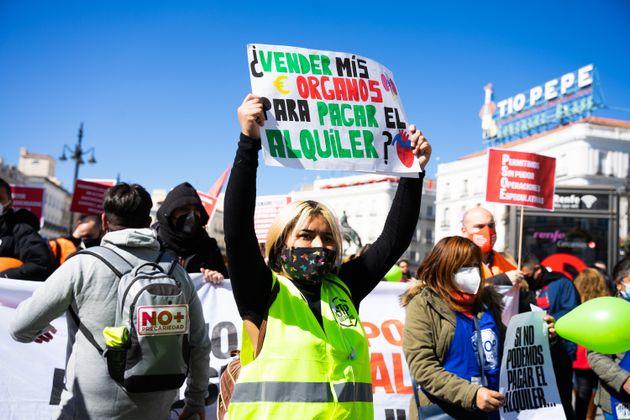 Un grupo de manifestantes protesta por el precio de los alquileres en la Puerta de Sol en