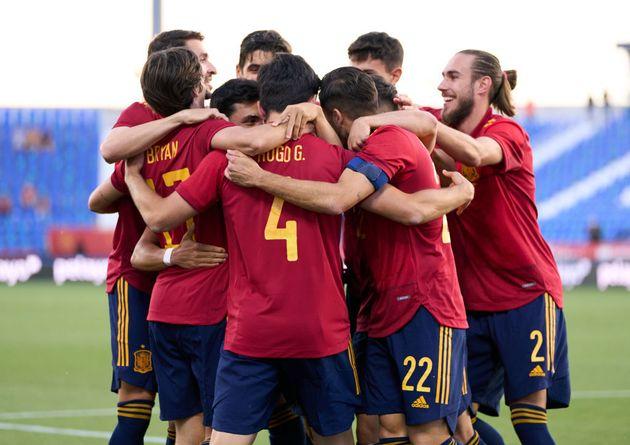 Los jugadores de España celebran uno de los