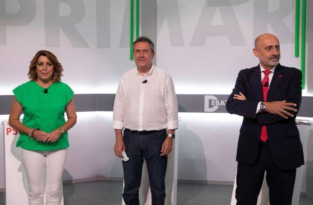 Susana Díaz (i), Juan Espadas (c) y Luis Ángel Hierro (d) posan antes del debate entre...