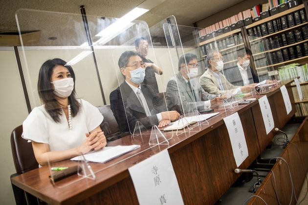 声明提出後、記者会見を開いた弁護士ら