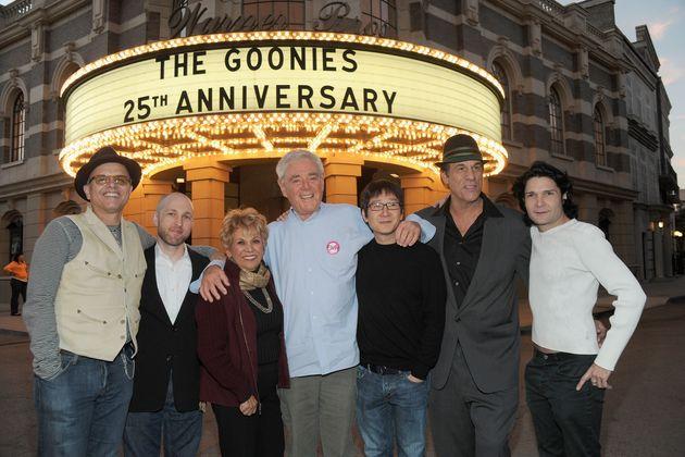 2010年には公開25周年記念イベントが行われた。左から、ジョー・パントリアーノ、ジェフ・コーエン、ルーペ・オンティヴェロス、リチャード・ドナー監督、キー・ホイ・クァン、ロバート・デヴィ、コーリー・フェルドマン