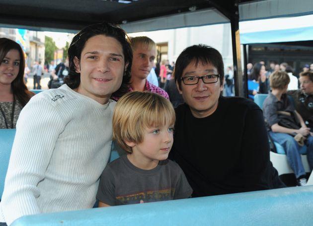 左からコリー・フェルドマンと息子のゼンくん、キー・ホイ・クァン
