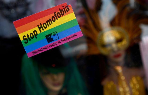 Una pegatina contra la homofobia, en la marcha del Orgullo Gay de
