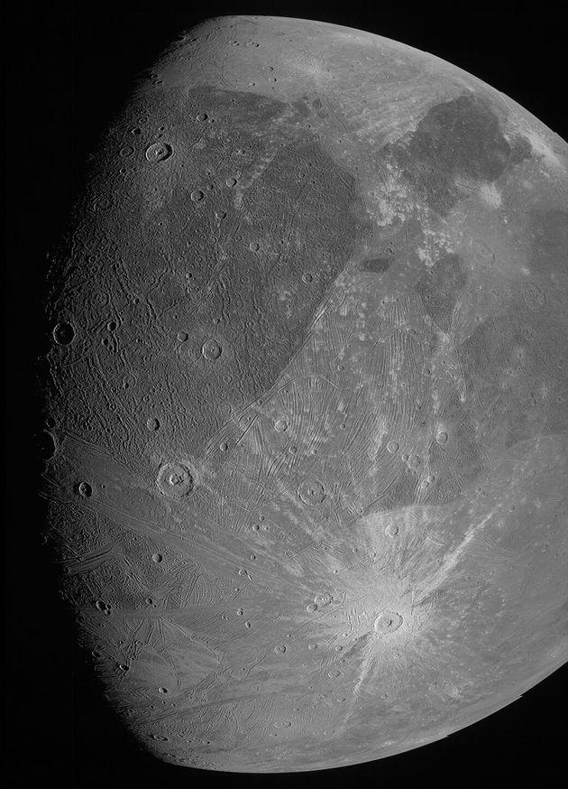Photographie de Ganymède prise par la JunoCam pendant le passage de la sonde Juno le 7 juin