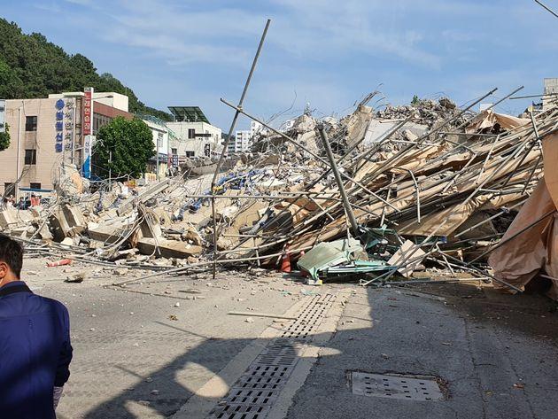 전남 광주에서 5층짜리 건물 무너져 10명이 매몰되고, 3명이 숨졌다. 현재 구조 작업