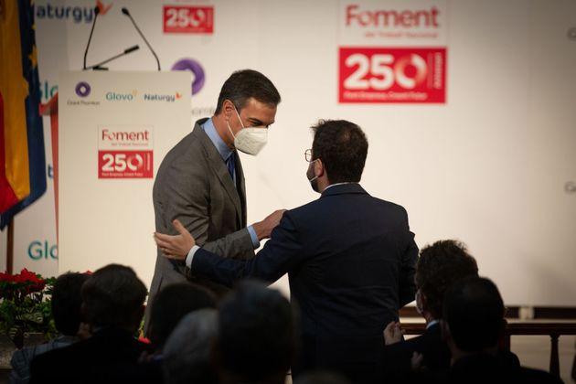Pedro Sánchez saluda a Pere Aragonès, el pasado 7 de junio, en el acto por el aniversario...