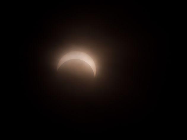 Une éclipse solaire partielle observée à Okinawa au Japon, le 21 juin 2020....