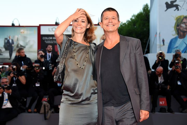 Emmanuel Carrère y Hélène Devynck en la premiere de 'Remember' en el Festival de Venecia de 2015.
