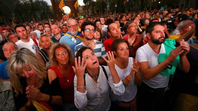 Simpatizantes independentistas momentos después de que Carles Puigdemont echara atrás la declaración...