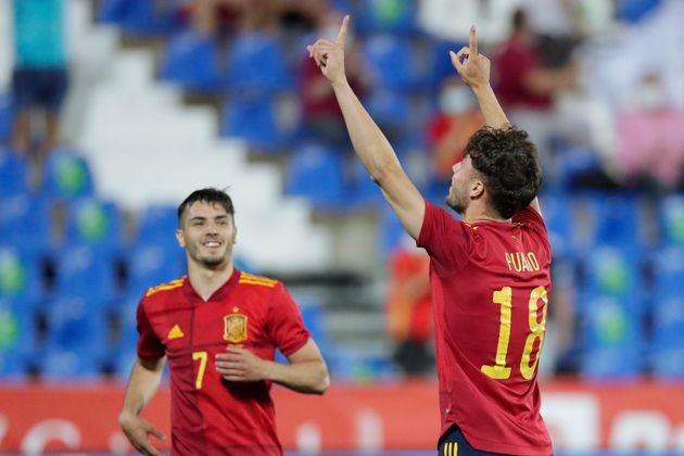 Javier Puadocelebra el 4-0 durante el amistoso España-Lituania celebrado el 8 de junio en