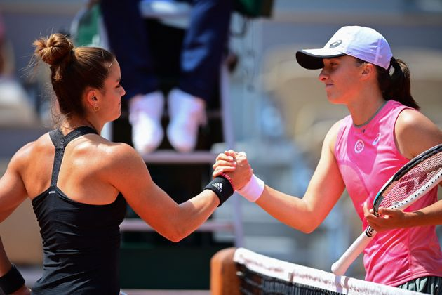 Greece's Maria Sakkari (L) and Poland's Iga Swiatek shake hands at the end of their women's singles quarter-final tennis match on Day 11 of The Roland Garros 2021 French Open tennis tournament in Paris on June 9, 2021. (Photo by MARTIN BUREAU / AFP) (Photo by MARTIN BUREAU/AFP via Getty Images)