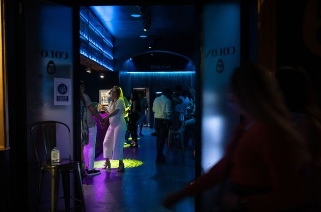 Gente en una discoteca de Sevilla la primera noche sin toque de