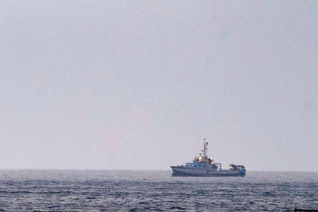 El buque oceanográfico equipado con un sonar y un robot submarino, buscando nuevas pistas sobre...