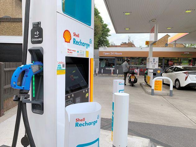 ガソリンスタンドの敷地内に設置された電気自動車(EV)の充電設備=2021年6月3日、ロンドン、和気真也撮影