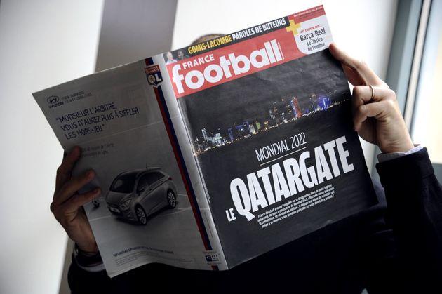 Image d'illustration montrant un homme lisant France Football le 29 janvier