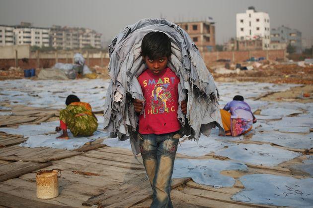 Sur cette photo prise au Bangladesh le 24 janvier, Mustakin, 10 ans, travaille pour un dollar par jour....
