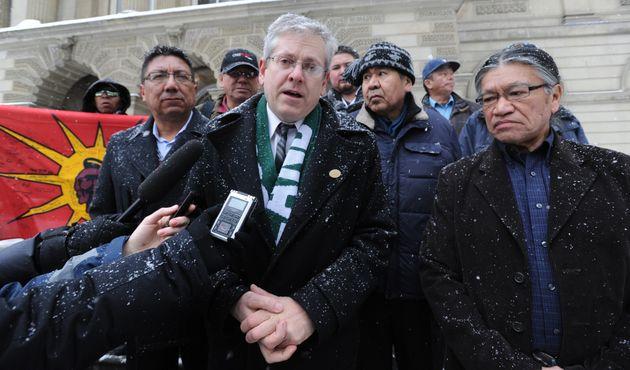 Edmund Metatawabin, a la derecha, comparece con otros líderes indígenas y abogados en 2013,...