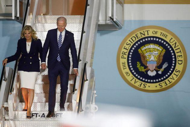 El presidente de Estados Unidos, Joe Biden, y su esposa, Jill, bajan del Air Force One en el Reino Unido,...