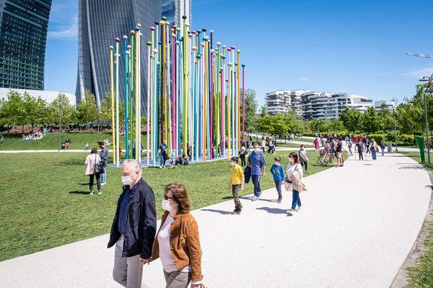 Gente paseando por un parque de