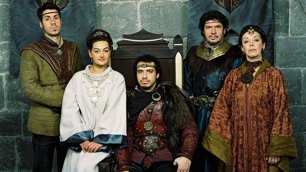 Alexandre Astier, dans le rôle du Roi Arthur aux côtés des autres personnages phares de la série