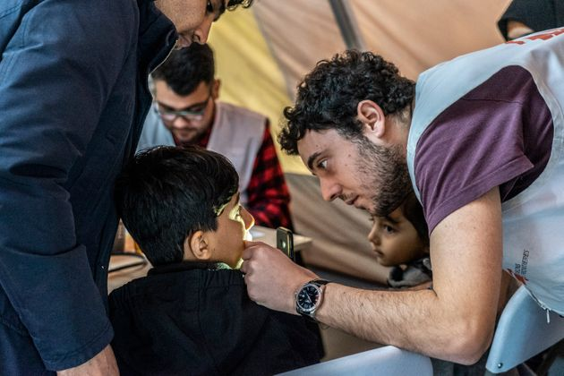 Il medico di MSF Leonidas Alexakis visita un bambino nella clinica pediatrica di MSF fuori dal campo...