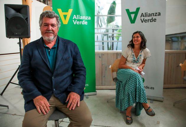 El diputado de Unidas Podemos Juantxo López de Uralde (i) y la exparlamentaria Carmen Molina posan este...