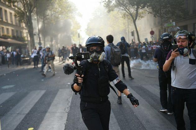 Une journaliste pendant une manifestation à Paris le 21 septembre