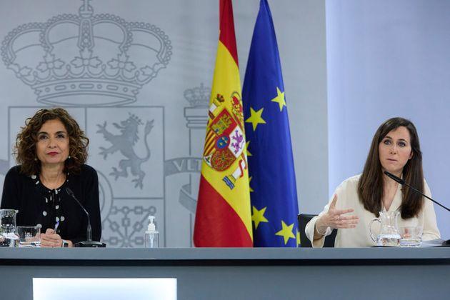 La portavoz del Gobierno, María Jesús Montero (izq) y la ministra de Derechos Sociales y Agenda 2030,...