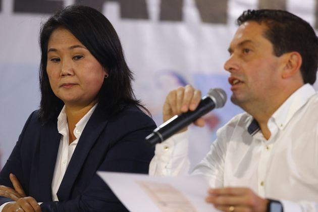 Keiko Fujimori, junto al abogado ( y testigo) Miguel Ángel Torres, en una rueda de prensa este...