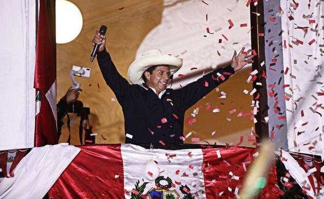 Le candidat présidentiel de gauche Pedro Castillo du Perú Libre parle à ses partisans depuis le balcon...
