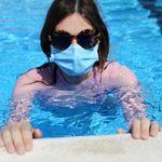 Todo sobre las piscinas y el coronavirus: ¿hay que llevar mascarilla? ¿Se contagia por el