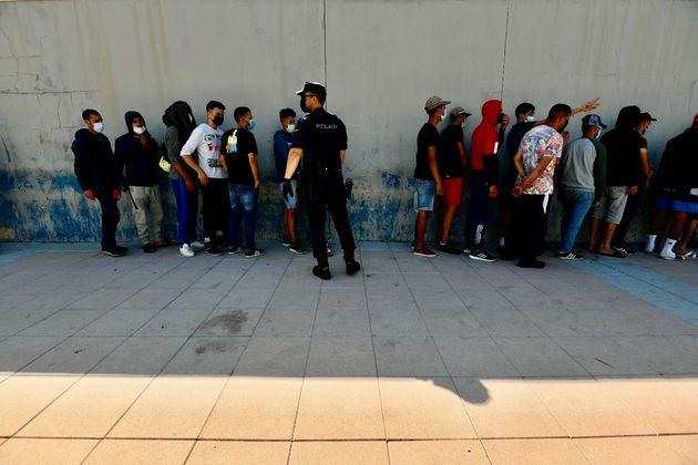 Largas colas para solicitar asilo en Ceuta en una imagen de
